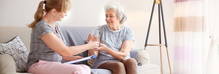 Assister les personnes âgées vivant seules à domicile
